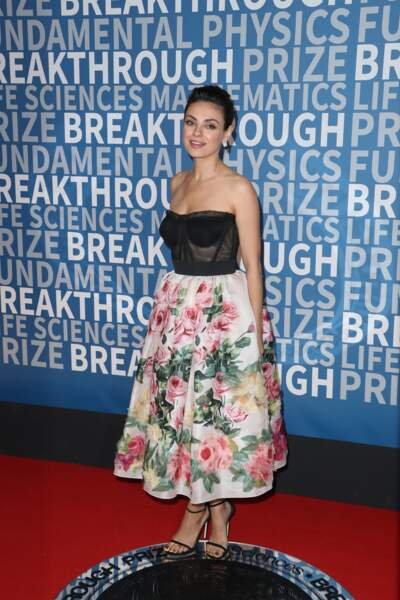 Mila Kunis, une jeune maman radieuse en robe bustier et jupe fleurie Dolce & Gabbana