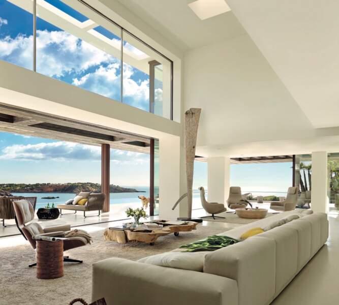 Et le salon offre une vue imprenable sur la mer des Baléares