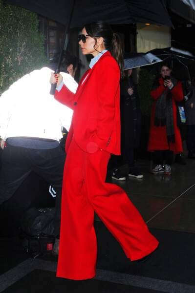 Un costume rouge large  pour la styliste Victoria Bekcham