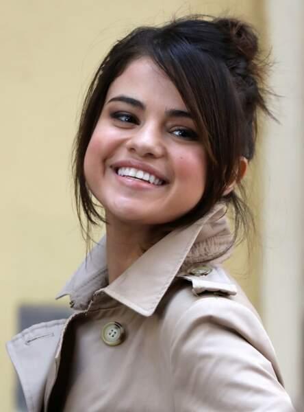 La mèche qui encadre le visage comme Selena Gomez