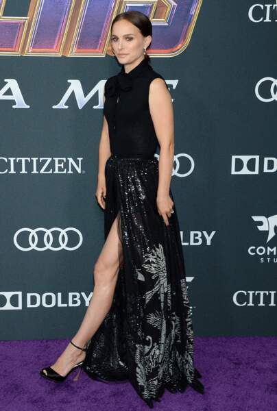 Natalie Portman affiche de jolies jambes musclées sous sa robe longue et fendue signée Dior