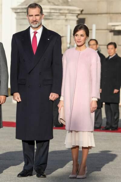 Letizia d'Espagne ravissante dans un long mateau rose pastel signé Carolina Herrera avec le roi Felipe VI