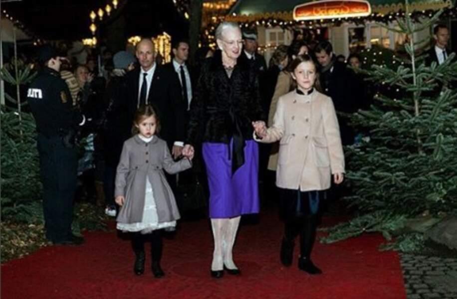 La reine Margrethe dans les rues illuminées de Copenhague avec ses petites-filles Joséphine et Isabella