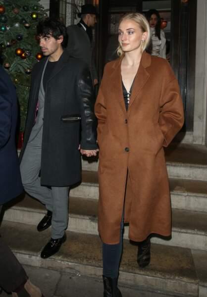 L'actrice Sophie Turner est aussi tombée sous le charme du manteau Tempo de Mango.