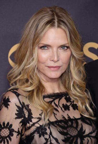 Michelle Pfeiffer (60 ans) rayonne et rejoint le casting de « Maléfique 2 » dans le rôle de la reine Ingrith.