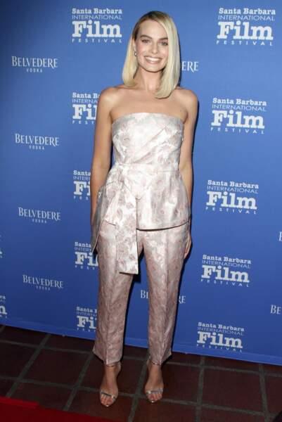 Margot Robbie : même avec un carré plongeant le side hair est possible
