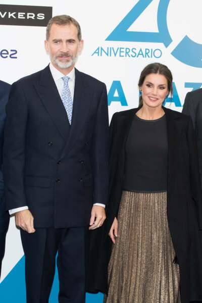 Letizia d'Espagne ravissante dans une jupe dorée d'une ancienne collection de Zara