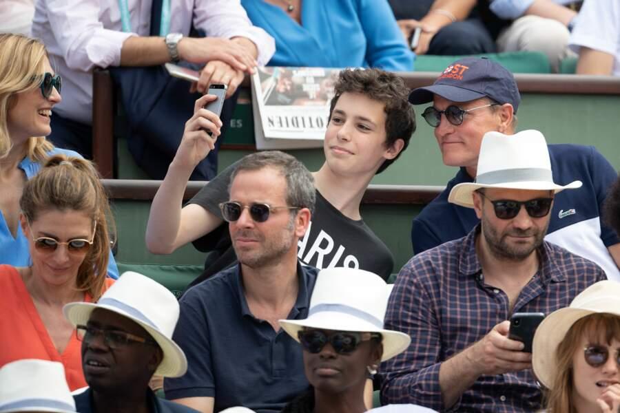 Le fils de Julie Gayet prenant un selfie avec l'acteur Woody Harrelson à Roland Garros le 9 juin 2018