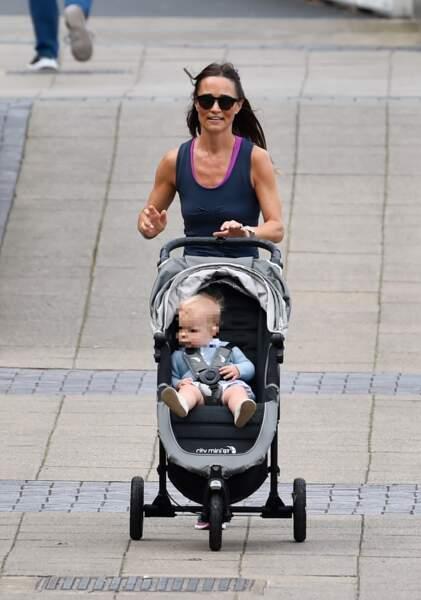 Pippa Middleton promène son petit Arthur et en profite pour faire de l'exercice, à Londres, le 6 août 2019.