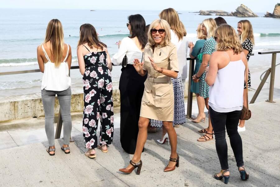 Brigitte Macron créée la surprise dans cette robe ceinturée courte à 2500 €