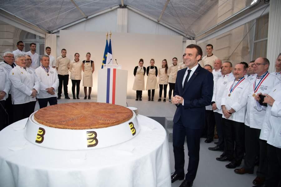 Emmanuel Macron se frotte les mains face à cette galette des rois gigantesque