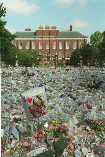 Une mer de fleurs devant  Kensington Palace, résidence de la princesse Diana. L'émotion est planétaire