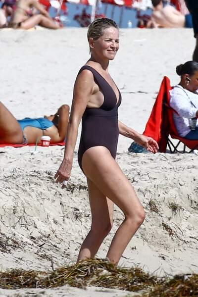 Sharon Stone profite d'une belle journée ensoleillée en compagnie d'amis sur une plage à Miami