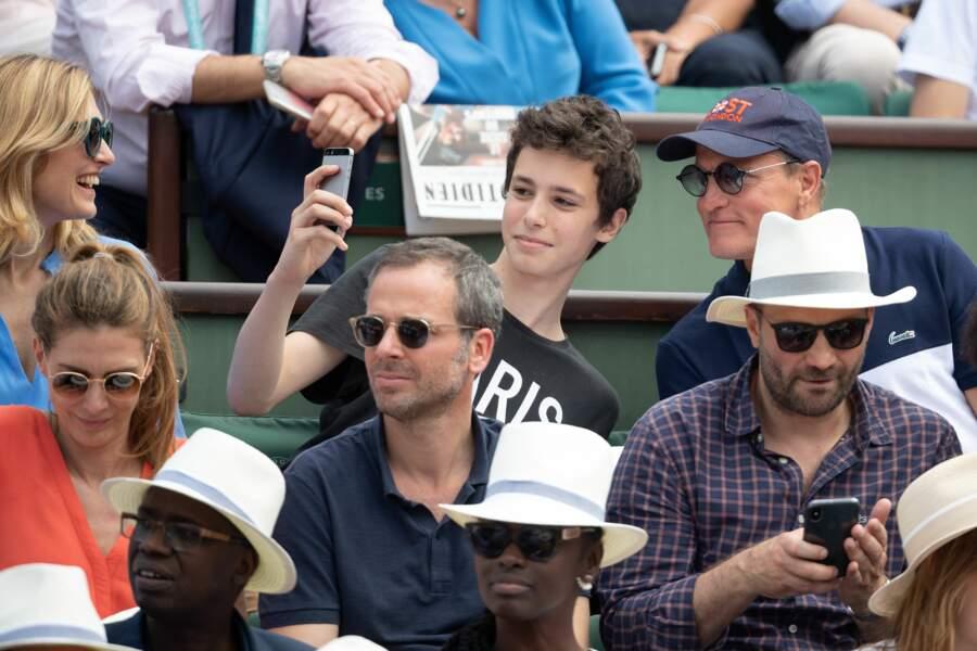 Le fils de Julie Gayet prenant un selfie avec Woody Harrelson à Roland Garros le 9 juin 2018