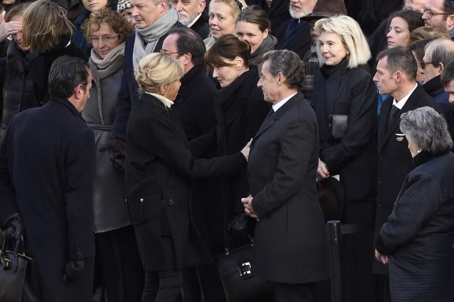 Brigitte Macron salue Carla Bruni-Sarkozy et Nicolas Sarkozy lors de la cérémonie d'hommage à Jean d'Ormesson