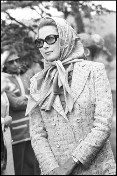 Grace Kelly portait le foulard noué sous le menton, une tendance phare de l'été 2019 !