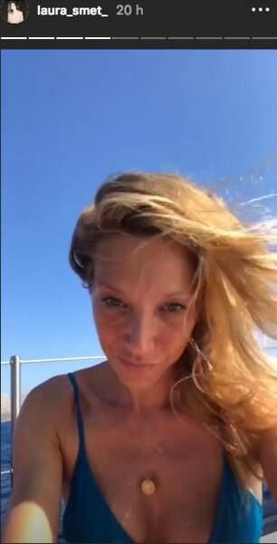 Laura Smet a sorti un beau bikini bleu pour bronzer sur le pont d'un voilier