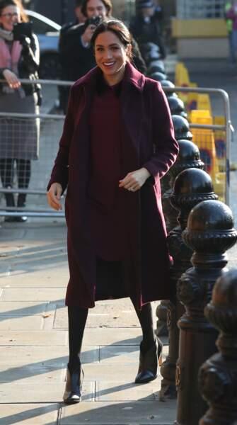 Meghan Markle souligne son ventre rond en portant son manteau ouvert sur sa robe