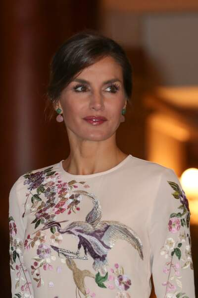 Letizia d'Espagne  : chignon chic, robe crème brodée en honneur de la première dame de Chine