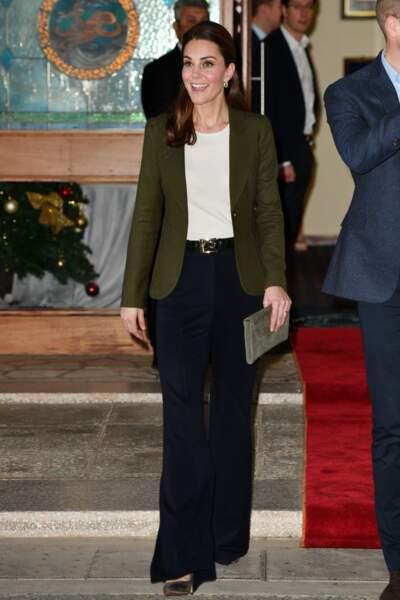 Kate Middleton, portant une pochette L.K. Bennett, visite la base militaire de la RAF à Chypre le 5 décembre 2018