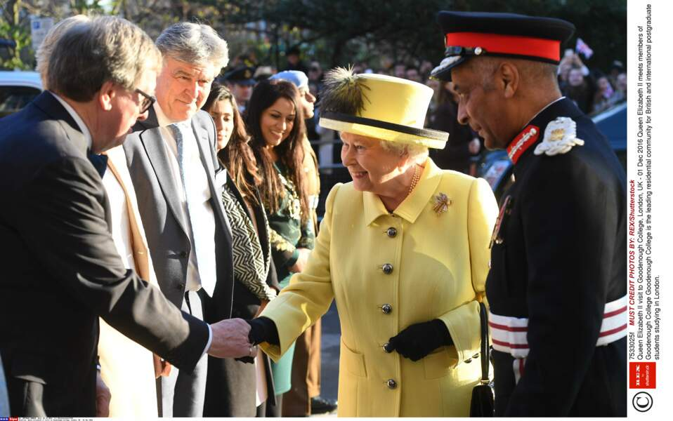 En jaune et noir en décembre...La reine  relance une  tendance très  années 80