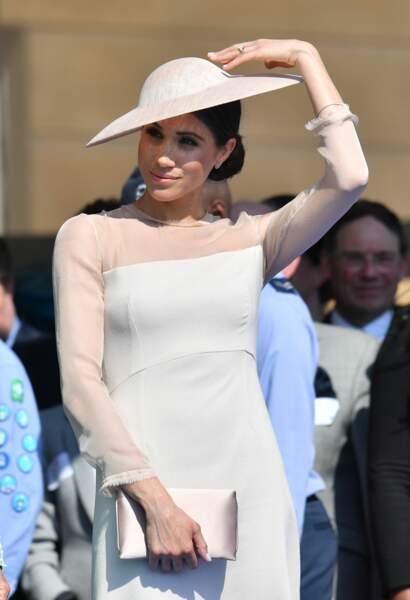 Meghan Markle avec un joli chapeau porté sur le côté