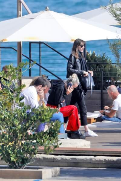 Laeticia Hallyday téléphone sur la terrasse du Nobu face à l'océan Pacifique.