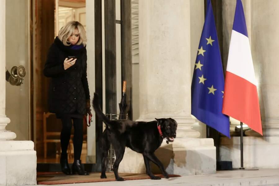 En talons hauts pour promener Nemo, rien ne fait peur à Brigitte Macron