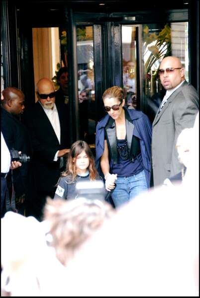 Céline Dion, René Angélil et René-Charles à la sortie de l'hôtel George V à Paris, en 2008