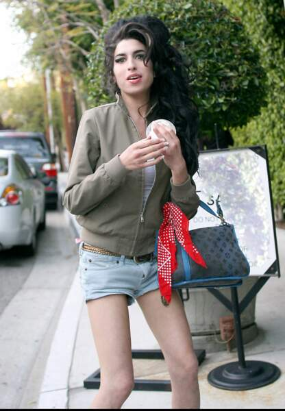 Amy Winehouse retrouvée morte, à 27 ans : deux bouteilles de vodka sont au sol et ses clips tournent sur la télé.