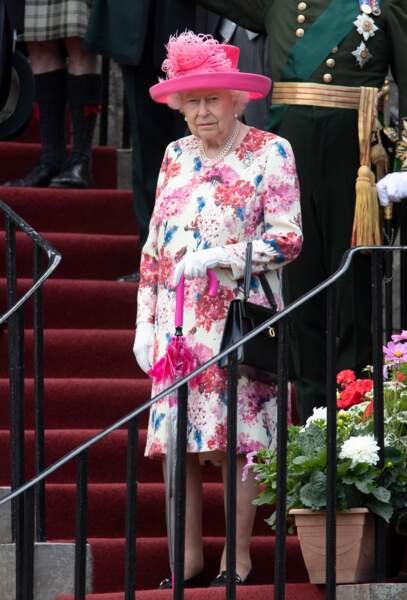 Elizabeth II, en tenue très fleurie, lors d'une garden party au palais de Holyroodhouse à Edimbourg le 4 juillet