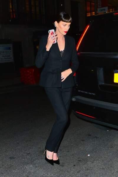 Charlize Theron change de look en adoptant une frange ultra courte et les cheveux noirs