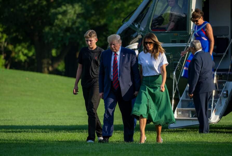 Donald, Melania et leur fils Barron Trump s'éloignent de l'hélicoptère