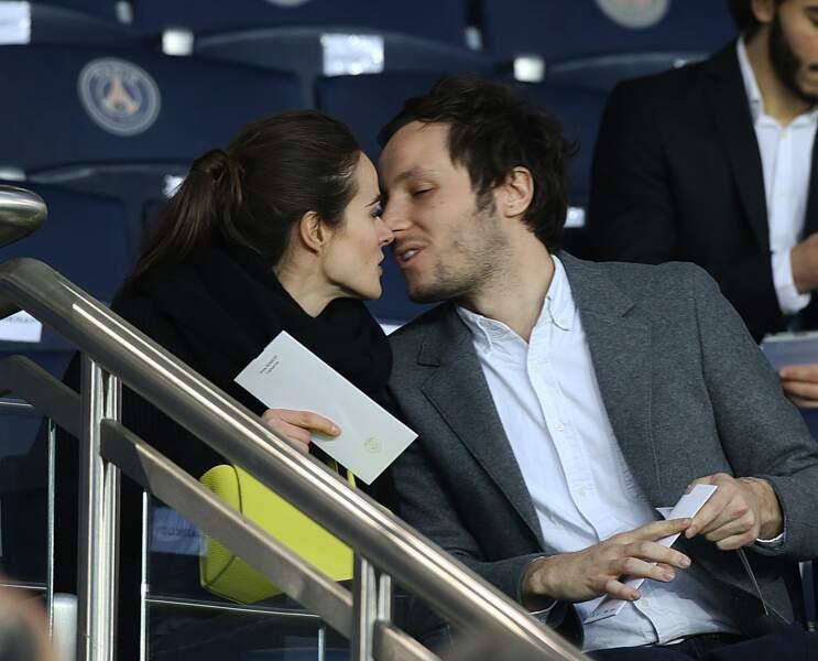 Vianney se rapproche de sa compagne Catherine pour un baiser au parc des Princes ce 29 avril