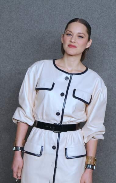 Marion Cotillard dans un look très noir et blanc qui rappelle Coco Chanel en personne