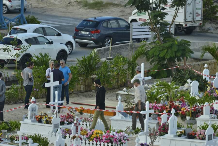 lundi 11 décembre : Laeticia Hallyday devant la tombe de Johnny a St Barthelemy, pour les derniers préparatifs