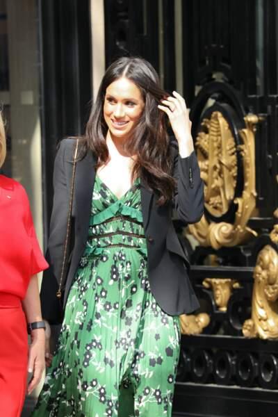 Meghan Markle, en robe verte à imprimé fleuri Self Portrait, le 21 avril 2018 à Londres