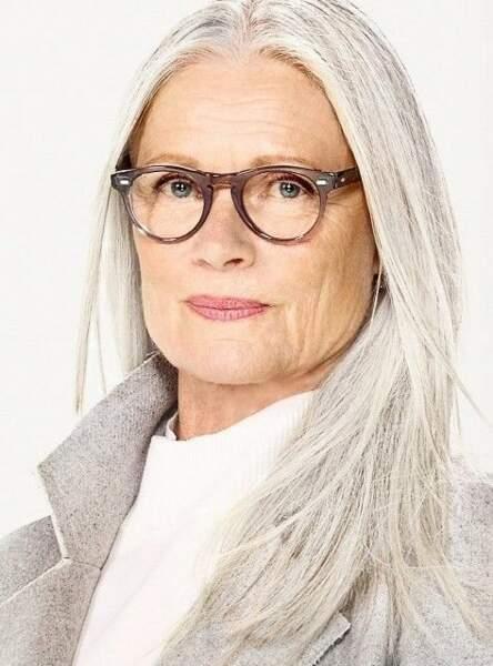 La raie au milieu et cheveux blancs : le combo parfait