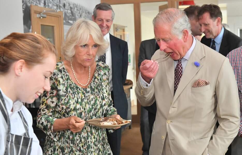 Camille Parker Bowles et le prince Charles ne font qu'une bouchée du gâteau d'anniversaire de Camilla