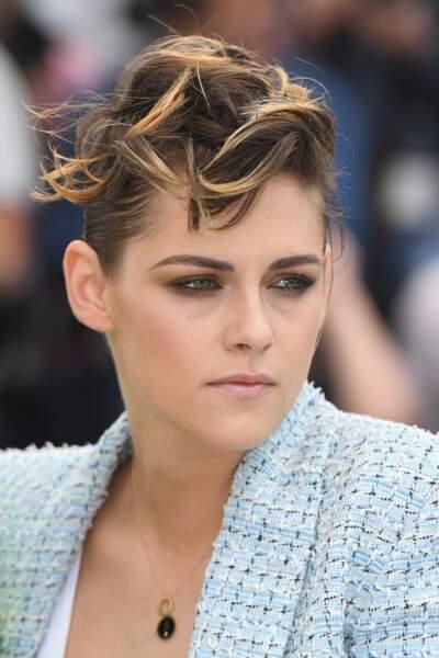Kristen Stewart, en veste tweed Chanel, avec un chignon tressé et des mèches stylisées sur le devant