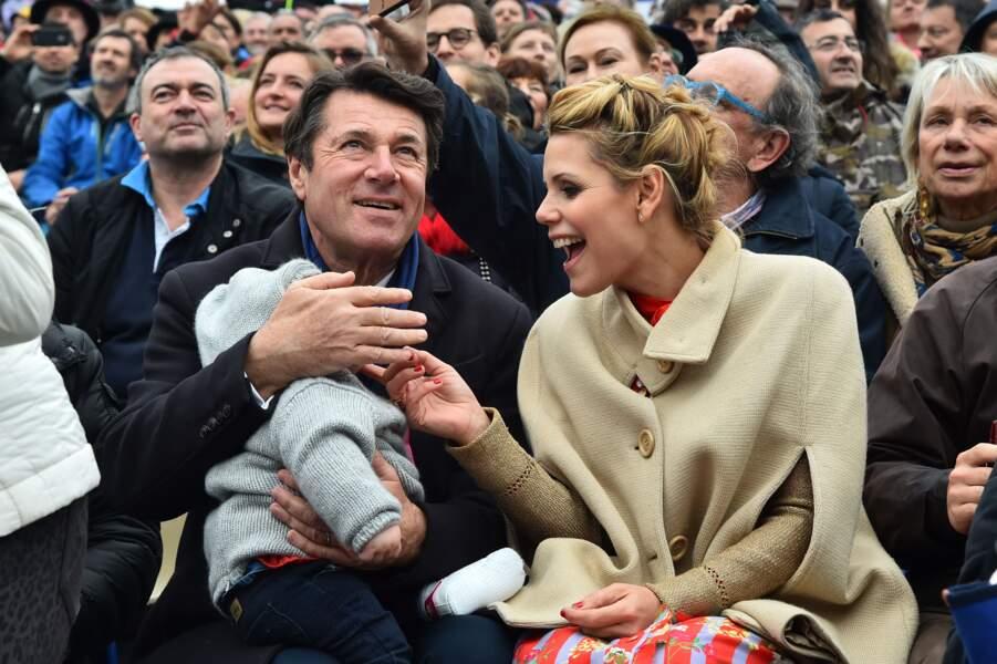 Le couple et leur enfant au premier rang de la cérémonie
