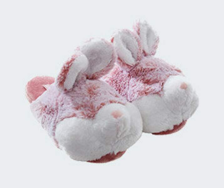 En pyjama, chaussons lapins, 16,99 € (Etam Lingerie).