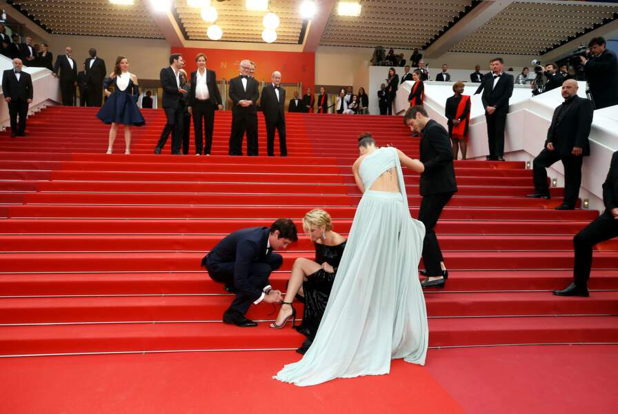 Sous les yeux d'Adèle Exarchopoulos, Niels Schneider intervient pour mettre fin à l'accident de chaussures