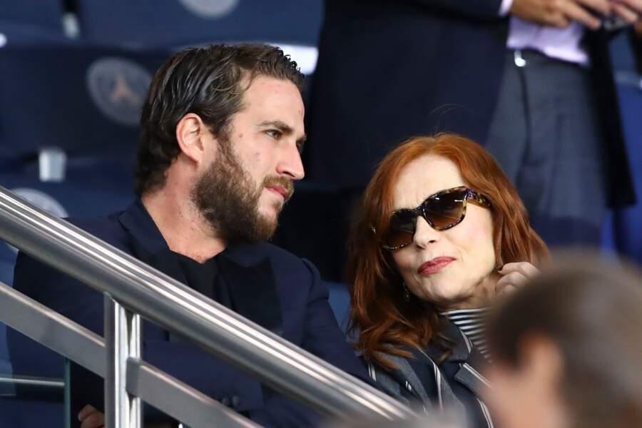 Isabelle Huppert et son fils Lorenzo ne sont pas passés inaperçus dans les tribunes du Parc des Princes
