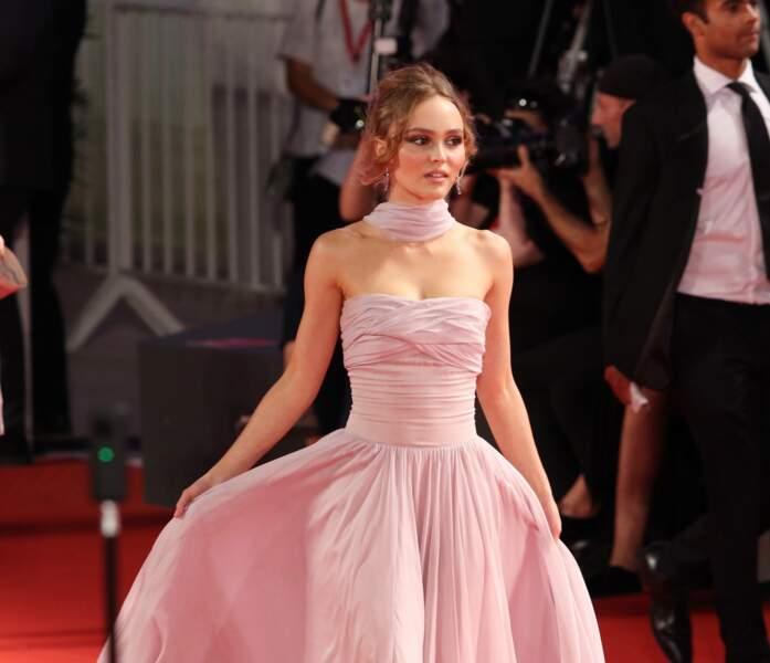 Lily-Rose Depp sublime en robe Chanel à venise pour The King