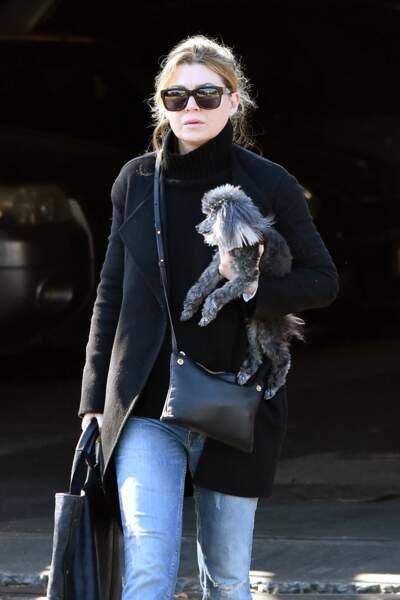 Ellen Pompeo, accompagnée de son petit caniche Tino, dans les rues de Los Angeles le 21 décembre 2017