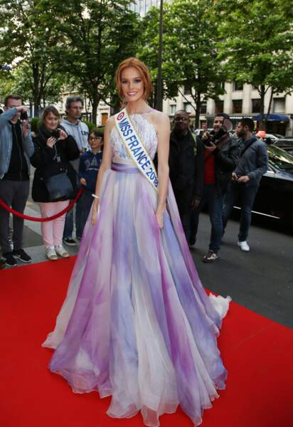 "Maëva Coucke, Miss France 2018, dans une sublime robe Georges Chakra lors du ""Global Gift Gala"" le 25 avril 2018"