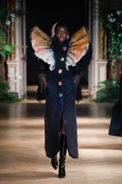 Victor & Rolf n'a pas froid aux yeux : le manteau est extravagant et coloré, pour un look Haute Couture explosif.