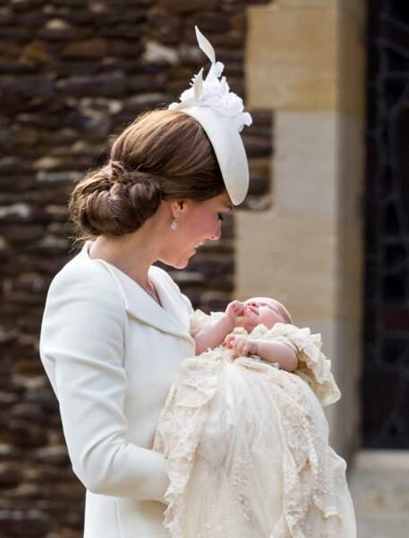 Kate Middleton serre affectueusement sa fille dans ses bras, à la sortie du baptême.