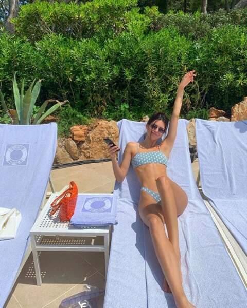 Kendall Jenner longiligne et confortablement installée sur un transat